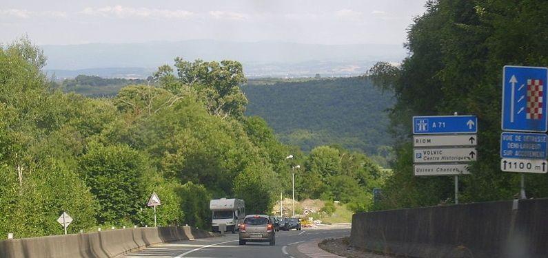 Voiture Renault cliot sur la route